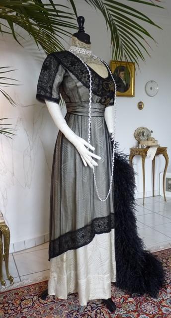 Besticktes Jugendstil Abendkleid aus schwarzer Seide ca