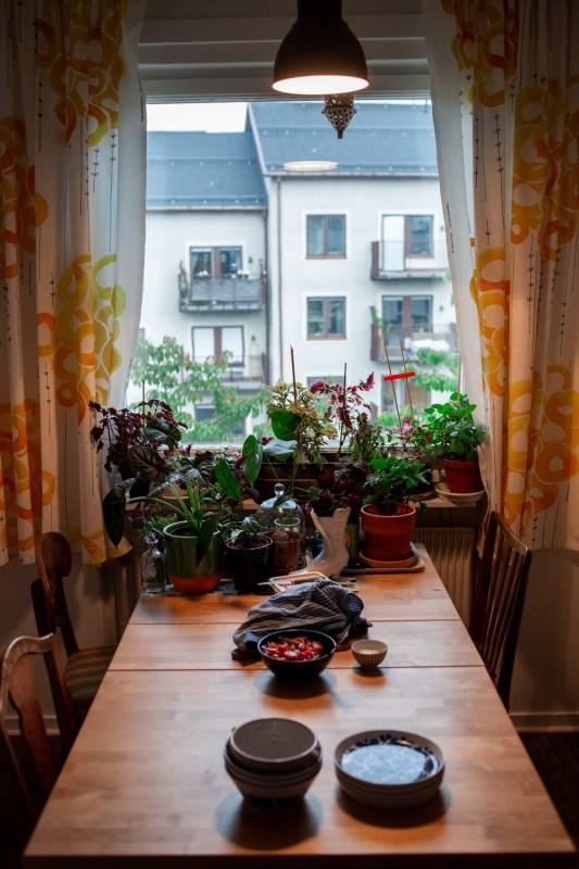 köksbord med blommor