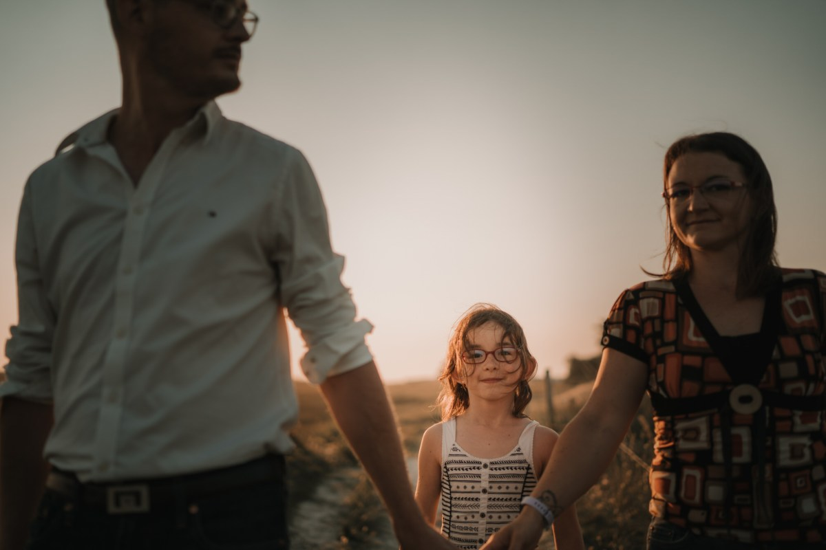 petite fille et ses parents sur la plage à Lampaul Ploudalmézeau dans le finistère en bretagne