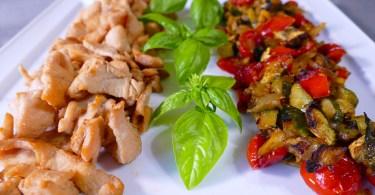 Petto di pollo in salsa di soia con verdure al curry.