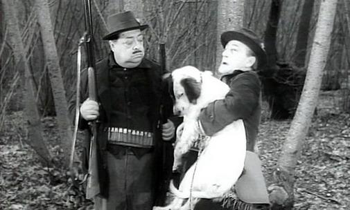 Film I Tartassati - Totò con un cane in braccio