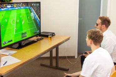 Auflage Nummer Zwei: das Fifa Fußballturnier ausgerichtet. Auf dem ist links Fynn Noah Toonen, der gegen Manuel Vloet kämpft