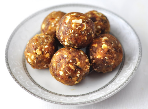 DATES AND NUTS LADOO (A HEALTHY DESSERT IN 3 MINS) - Anto's Kitchen
