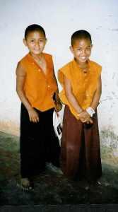 Meisjes bij nonnenklooster