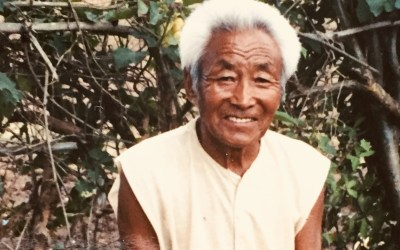 De oude Tibetaanse man langs de weg