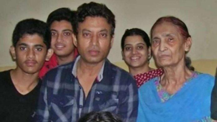 इरफान अपनी मां सईदा बेगम और परिवार के अन्य सदस्यों के साथ।