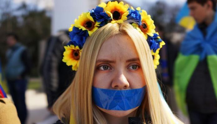 क्रीमिया को यूक्रेन के हिस्से के रूप में रखने के समर्थन में रैली। स्पेंसर प्लाट / गेटी इमेजेज द्वारा फोटो।