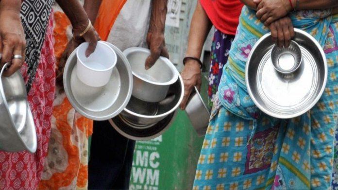 18 अप्रैल को कोलकाता में भोजन का इंतजार कर रहे लोग
