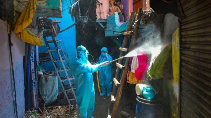 13 अप्रैल को दिल्ली के मलका गंज क्षेत्र में विघटन करते हुए सफाई कर्मचारी