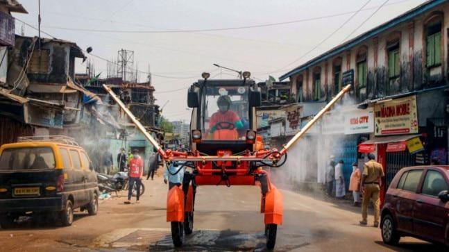 15 अप्रैल को धारावी में कीटाणुनाशक किया जा रहा है