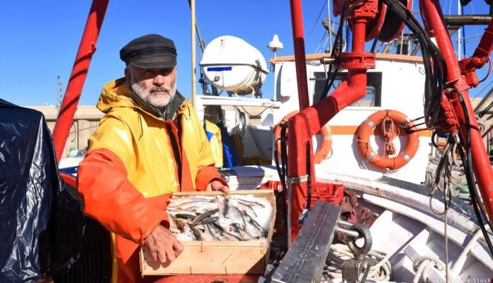 एक मछुआरे काम पर © कर्टो / एडोब स्टॉक