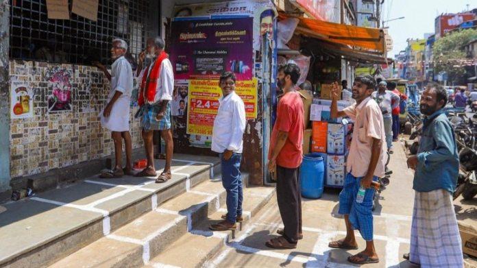 21 मार्च को चेन्नई के TASMAC आउटलेट से शराब खरीदने के लिए कतार में लगे लोग
