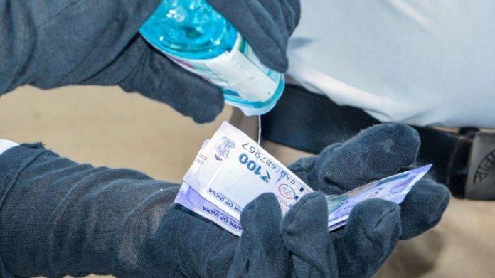 एक पुलिस अधिकारी ने 18 अप्रैल को कराड में जुर्माने के रूप में एकत्र किए गए मुद्रा नोट को मंजूरी दी