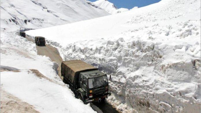 [REPRESENTATIVE IMAGE]  ज़ोजिला में श्रीनगर-लेह राजमार्ग की फाइल फोटो
