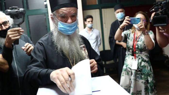 महानगर एमफिलोहेई, मोंटेनेग्रो में सर्बियाई रूढ़िवादी चर्च के शीर्ष मौलवी ने अपने मतपत्र डाले