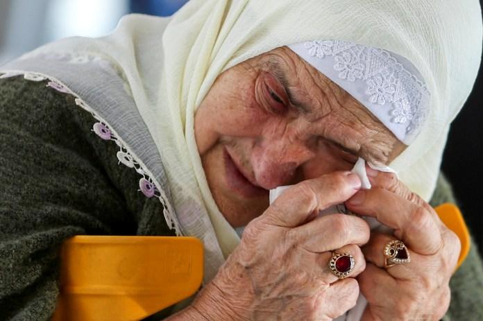 बोस्निया और हर्जेगोविना के श्रीब्रेनिका-पोटोकारी नरसंहार स्मारक केंद्र में, 8 जून, 2021 को बोस्नियाई सर्ब के पूर्व सैन्य नेता रत्को म्लादिक के अंतिम फैसले का इंतजार करते हुए एक बोस्नियाई मुस्लिम महिला प्रतिक्रिया करती है। REUTERS/Dado Ruvic