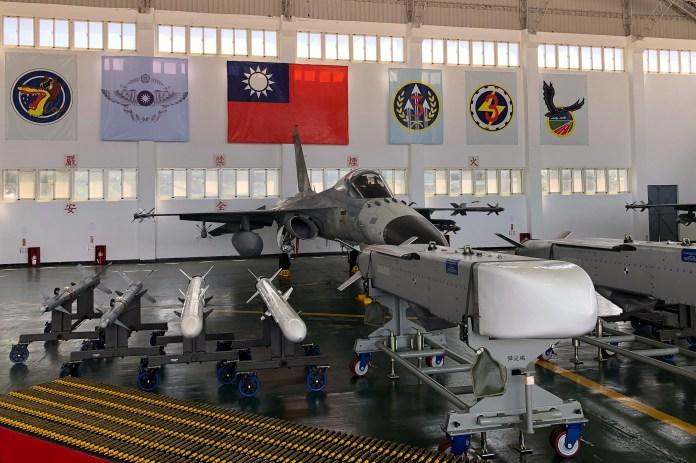 22 सितंबर, 2020 को ताइवान के अपतटीय द्वीप पेन्घू में माकुंग एयर फ़ोर्स बेस पर एक स्वदेशी रक्षा लड़ाकू (IDF) लड़ाकू जेट और मिसाइलों को देखा गया। REUTERS/Yimou Lee