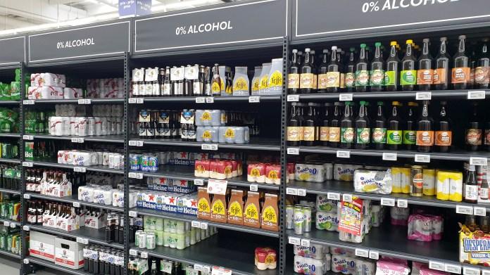 ब्रुसेल्स, बेल्जियम में 19 जून, 2021 को एक सुपरमार्केट में गैर-अल्कोहल बियर वाली अलमारियां देखी जाती हैं। REUTERS/Philip Blenkinsop