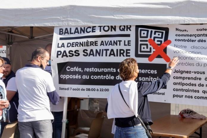 बार और रेस्तरां मालिकों ने फ्रांस के कोरोनावायरस रोग (COVID-19) सुरक्षा प्रतिबंधों के खिलाफ कंबराई, फ्रांस, अगस्त ७, २०२१ में विरोध प्रदर्शन किया। REUTERS/Pascal Rossignol