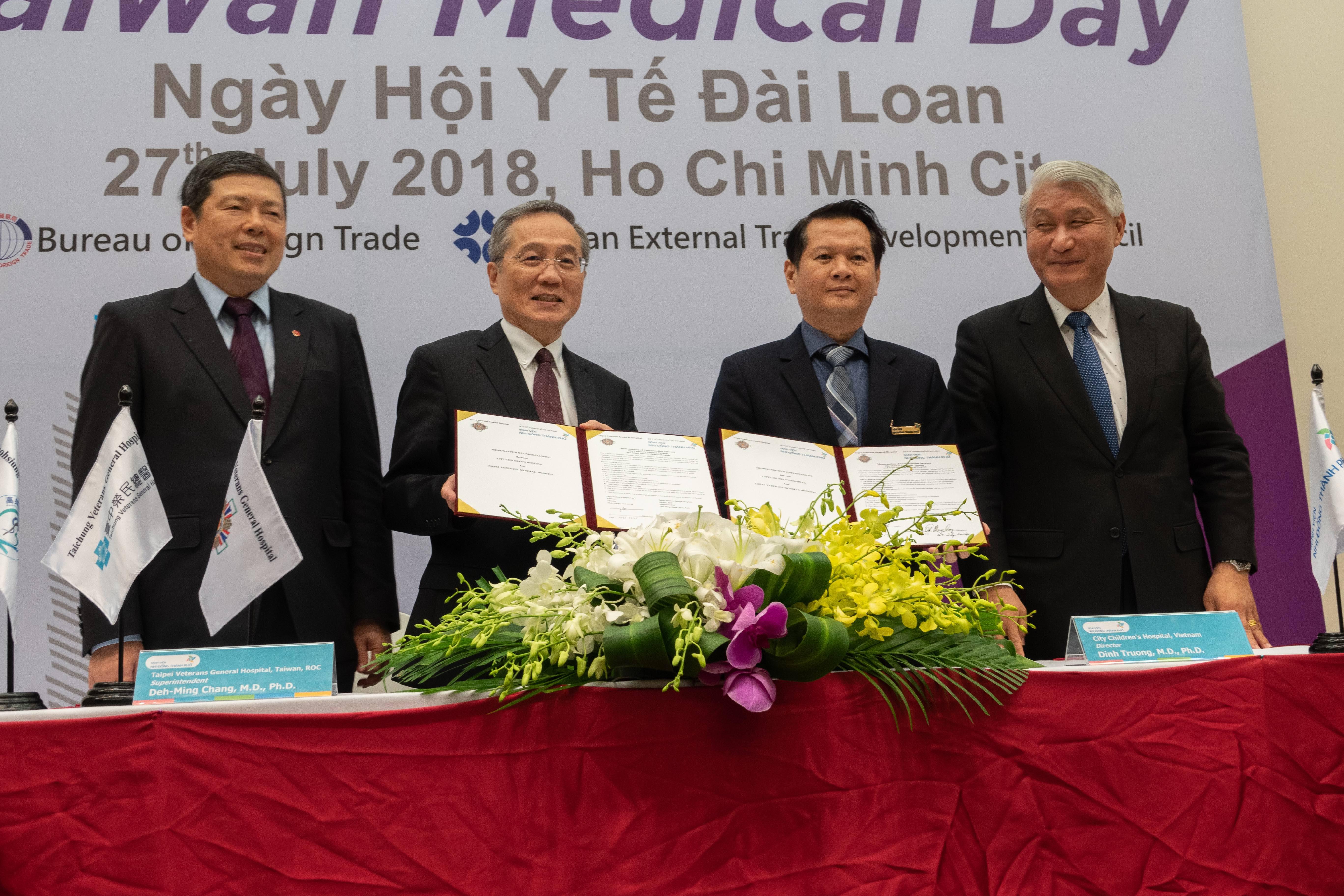 協助榮陽團隊與越南機構簽署合作協定並且設立健康照護聯合門診