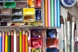 4729339-articulos-para-el-dibujo-y-el-arte-la-pintura-de-acuarela-pinceles-lapices-de-colores