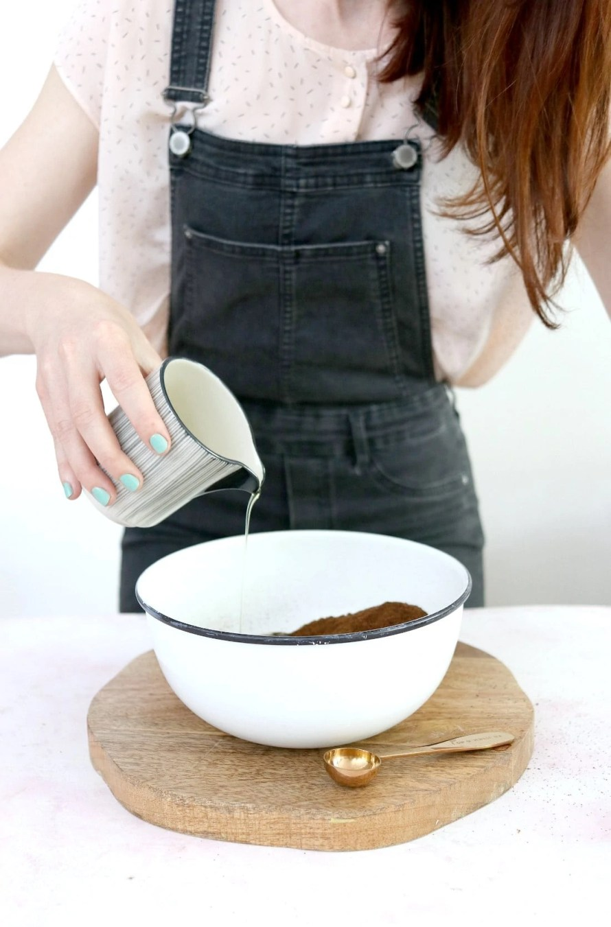 DIY Coffee Body Scrub with cacao butter and peppermint oil. (gommage au café fait maison)