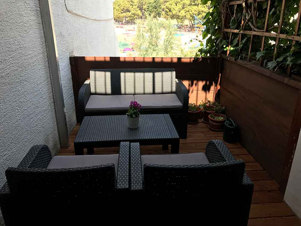 Sofa, two chairs and table on balcony in Apartment 3 Apartmani Smiljana in Primošten