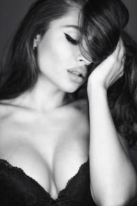 Ritratto in bianco e nero con luce circolare con riflesso negli occhi adanello