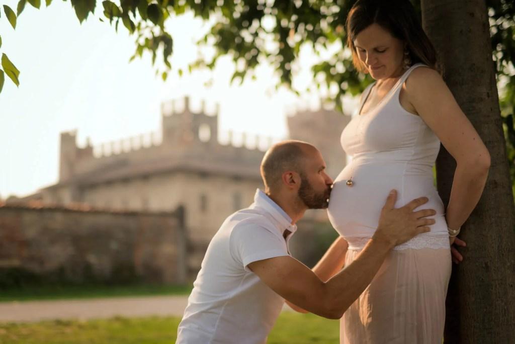 Maternity shoot - Scatto ambientato di un servizio di gravidanza di coppia