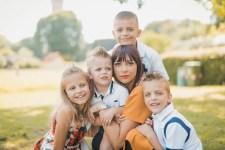 Ritratto di famiglia in un parco con luce calda