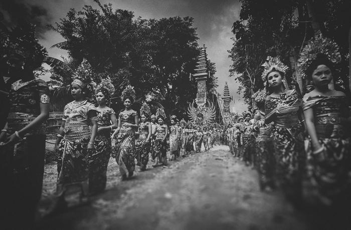 Apel Photography - Street Photography - Journalist Photographers - Bali Masive Cremationan Ceremony - Ngaben di Nusa Penida - Bali Monochrome Photographers (19)