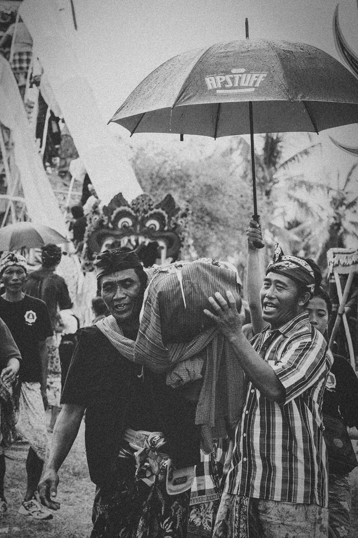 Apel Photography - Street Photography - Journalist Photographers - Bali Masive Cremationan Ceremony - Ngaben di Nusa Penida - Bali Monochrome Photographers (37)