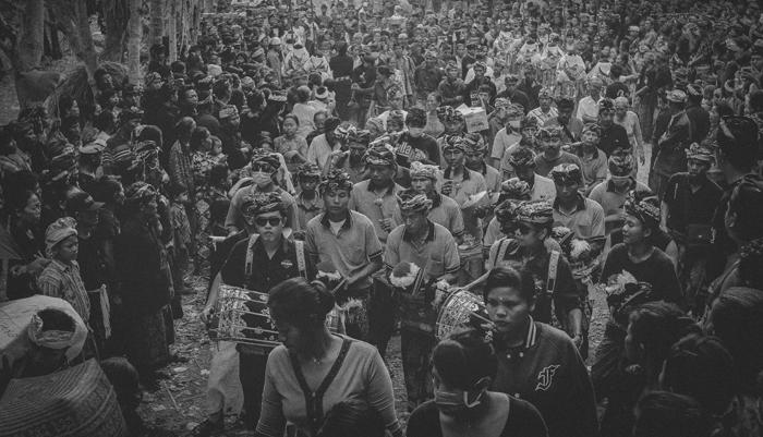 Apel Photography - Street Photography - Journalist Photographers - Bali Masive Cremationan Ceremony - Ngaben di Nusa Penida - Bali Monochrome Photographers (7)