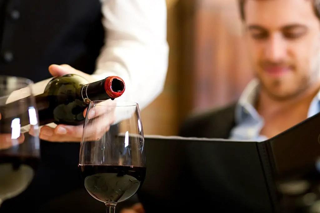 https://i0.wp.com/www.apetitoenlinea.com/wp-content/uploads/2007/03/man-with-wine.jpg?resize=1024%2C683&ssl=1