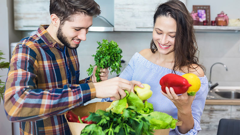 https://i0.wp.com/www.apetitoenlinea.com/wp-content/uploads/2020/04/couple-with-groceries-1.jpg?resize=800%2C450&ssl=1