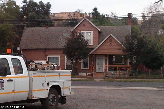 """""""oregon railroad worker repainted house elderly couple 100 volunteers people"""""""