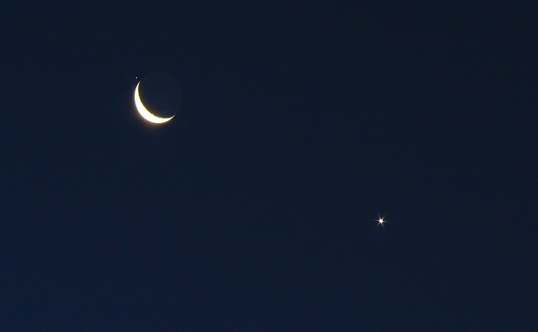 crescent moon, venus, and regulus seen on the night sky