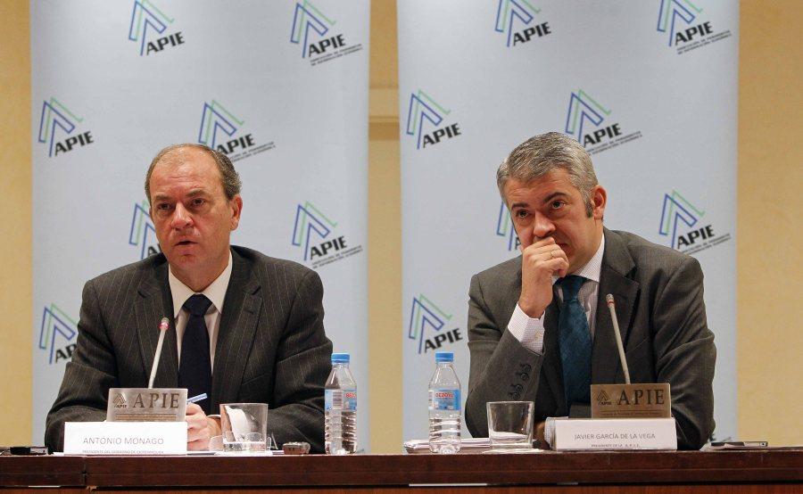 Jose Antonio Monago responde a las preguntas de la prensa junto al presidente de APIE, Javier García de la Vega.