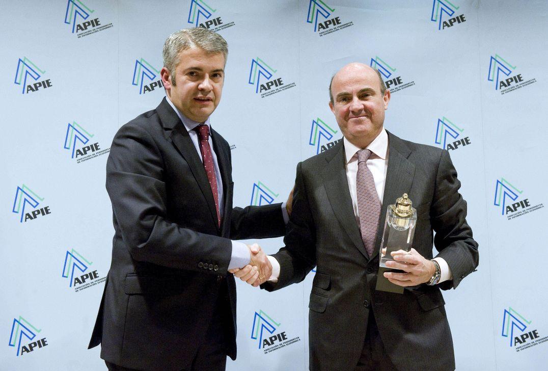 El Ministro de Economía y Competitividad, Luis de Guindos, recibe su Premio Tintero de manos del Presidente de APIE, Javier García de la Vega.