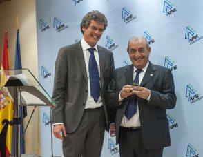 Javier Montalvo, de la Junta Directiva de APIE, entrega a Juan José Hidalgo, Presidente de Air Europa, el segundo accésit como Tintero.