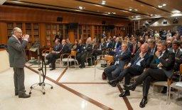 Un momento de la intervención de Cristóbal Montoro tras recibir el Premio Tintero 2014 otorgado por la APIE.