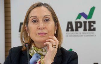 La Ministra de Fomento, Ana Pastor, durante el almuerzo de prensa con el que concluyó la Cuarta Jornada del Curso de Economía organizado por APIE.