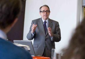 El profesor Juan José Toribio durante su intervención en la V Jornada del Curso de Economía para Periodistas Organizado por APIE.