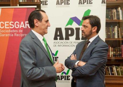 José Rolando Álvarez, Presidente de SGR-CESGAR, charla con Andrés Dulanto Scott, de la Junta Directiva de APIE, antes del desayuno de prensa.