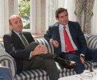 Luis de Guindos, Ministro de Economía y Competitividad, junto a Antonio Garamendi, presidente de CEPYME, en el Curso de Verano organizado por la APIE en la UIMP.