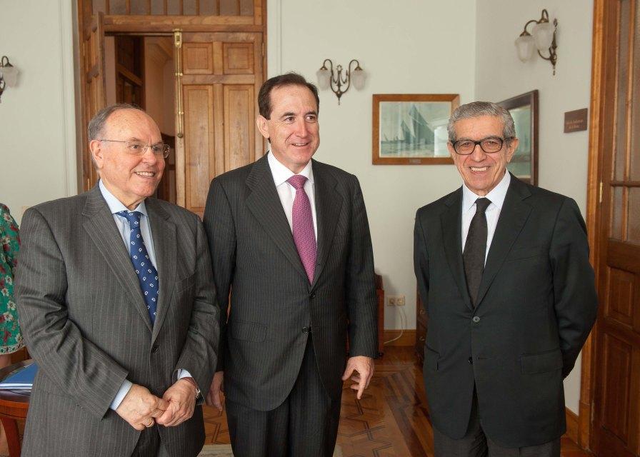 De izquierda a derecha, César Nímbela, rector de la UIMP; Antonio Huertas, presidente de MAPFRE; y Braulio Medel, presidente de Unicaja, en el Curso de Verano organizado por APIE en la UIMP.