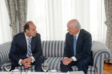 Francisco González, presidente del BBVA, charla con Ignacio Diego, Presidente en funciones de la Comunidad de Cantabria antes de su intervención en el Curso de Verano de la APIE.