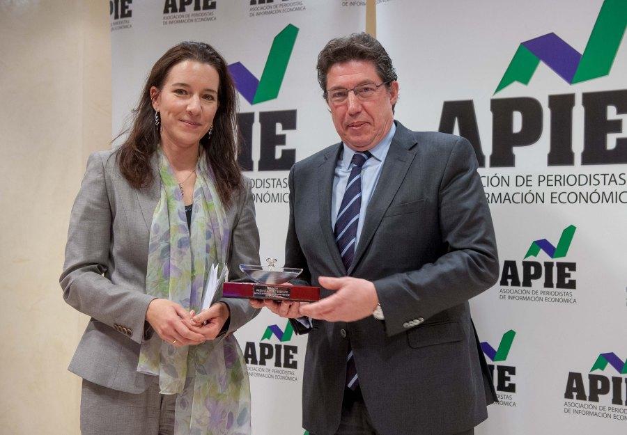 Fiona Maharg-Bravo, de la Junta Directiva de APIE, entrega el primer accésit al Secante a Jesús Echevarría, Director de Comunicación de Inditex, que lo recogió en  representación del presidente Pablo Isla.