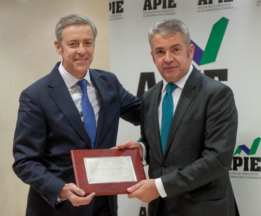 Javier García de la Vega, ex Presidente de la APIE, recibe su Placa de Honor de manos del actual presidente, Iñigo de Barrón.