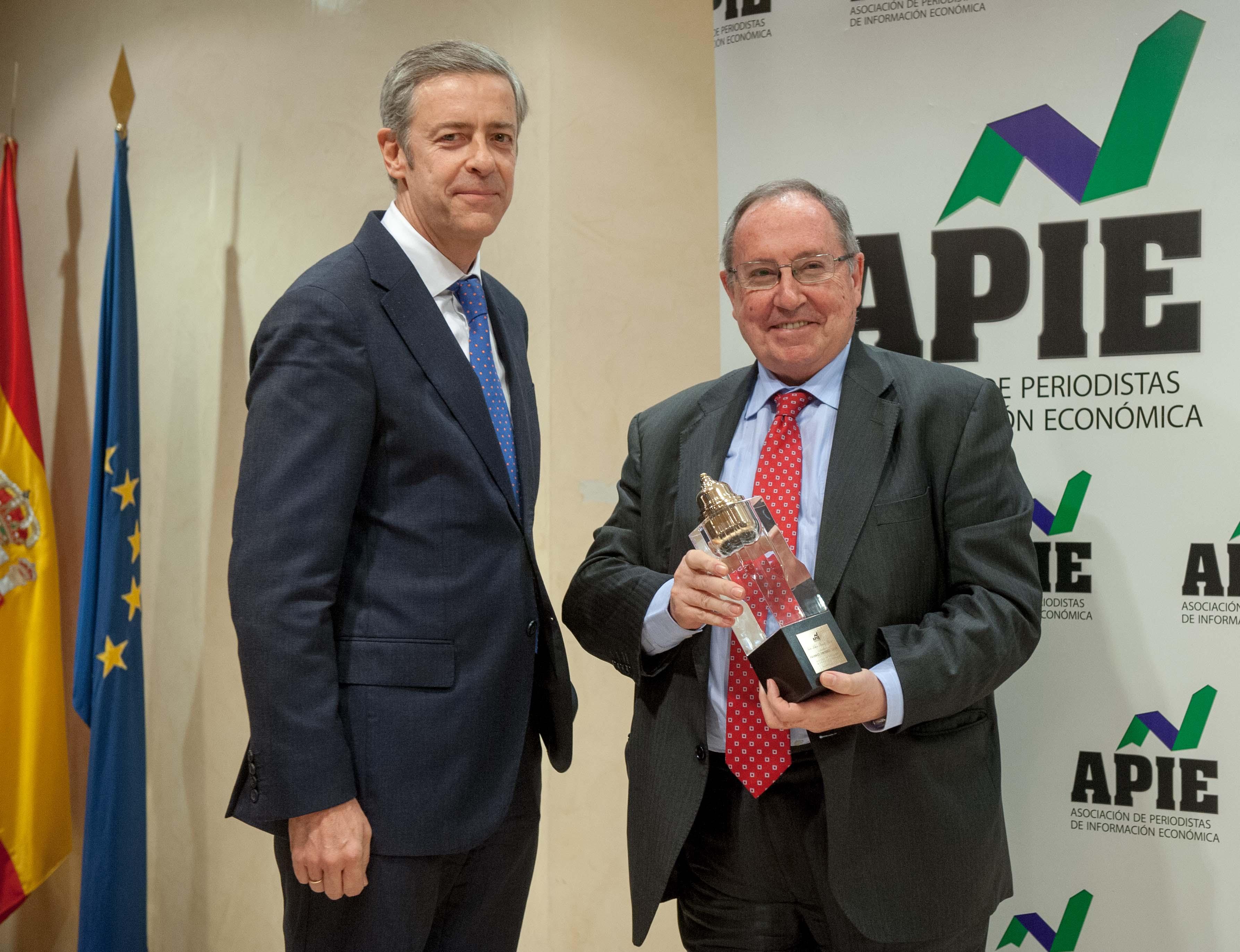 Jose Luis Bonet, presidente de la Cámara Oficial de Comercio, Industria, Servicios y Navegación de España, recibe su premio Tintero de manos de Iñigo de Barrón, presidente de APIE.